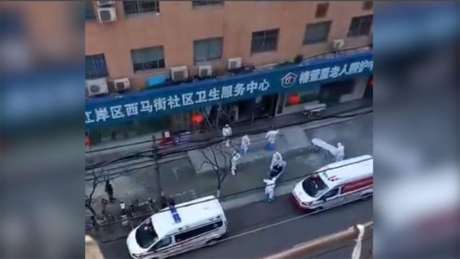 武汉市江岸区西马街社区卫生服务中心,数十名老人出现发烧、咳嗽等疑似肺炎症状。(视频截图/记者乔龙)