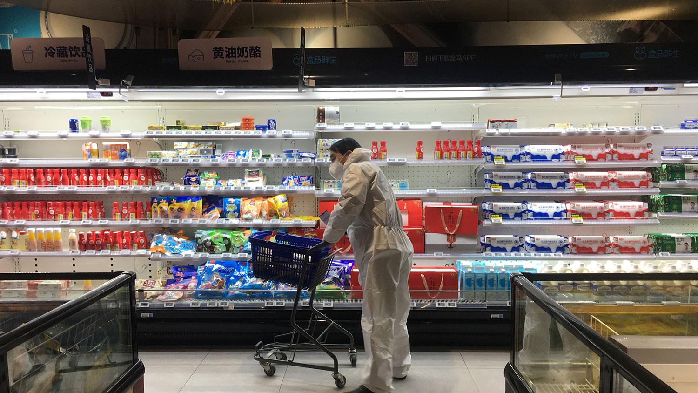 2020年2月11日,湖北省武汉市爆发新型冠状病毒后,一位市民在一家超市购物。(路透社)