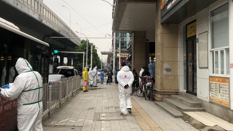 武汉城区街道上,当局派人对公共设施进行清洁及消毒。(志愿者提供/记者乔龙)