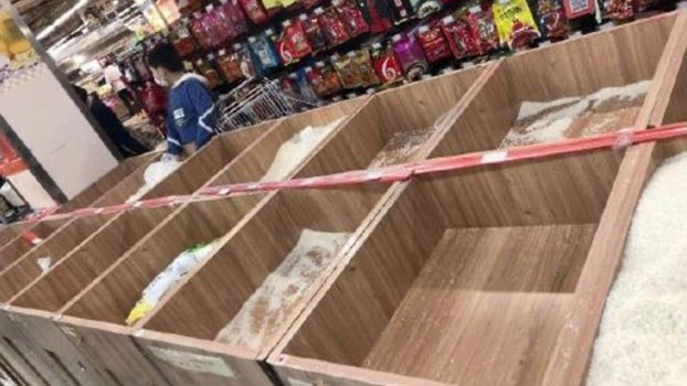 重庆一超市散装白米被抢购一空。(网络图片/乔龙提供)