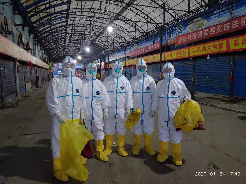 中国疾病与预防控制中心人员在华南海鲜市场收集标本。(中国疾控中心网站图片)