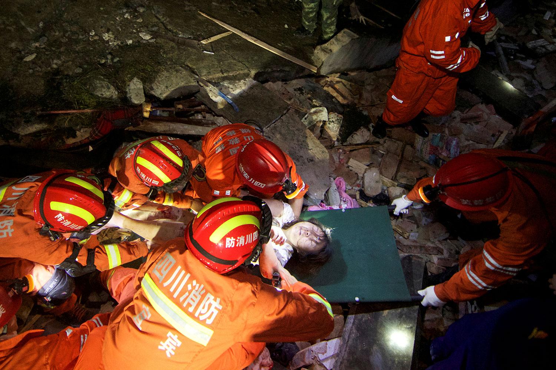 2019年6月17日,四川宜宾长宁县深夜发生6级地震,造成房屋倒塌,逾两百人伤亡。图为18日地震后,救援人员将一名妇女放在担架上。(路透社)