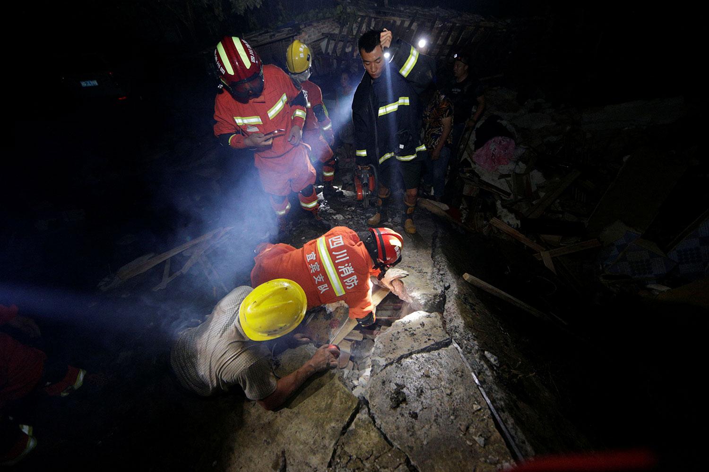 2019年6月17日,四川宜宾长宁县深夜发生6级地震,造成房屋倒塌,逾两百人伤亡。图为18日地震后,救援人员在废墟中寻找幸存者。(路透社)