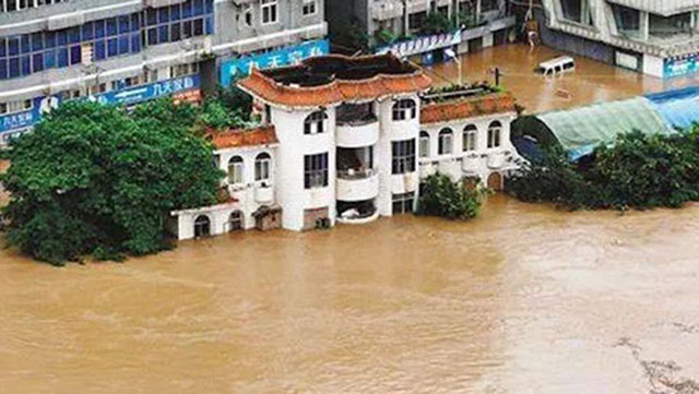 重庆綦江出现1940年以来最大洪水,沿江公路被淹,江水持续灌进。(网络视频截图)
