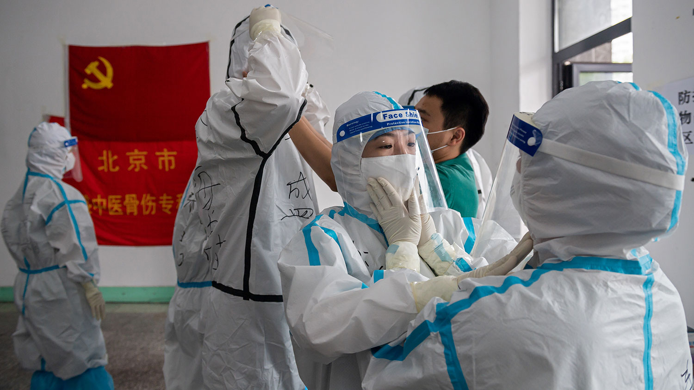 2020年6月24日,北京丰盛中医骨伤专科医院的医务人员准备在西城区金融街地区进行核酸检测。(法新社)