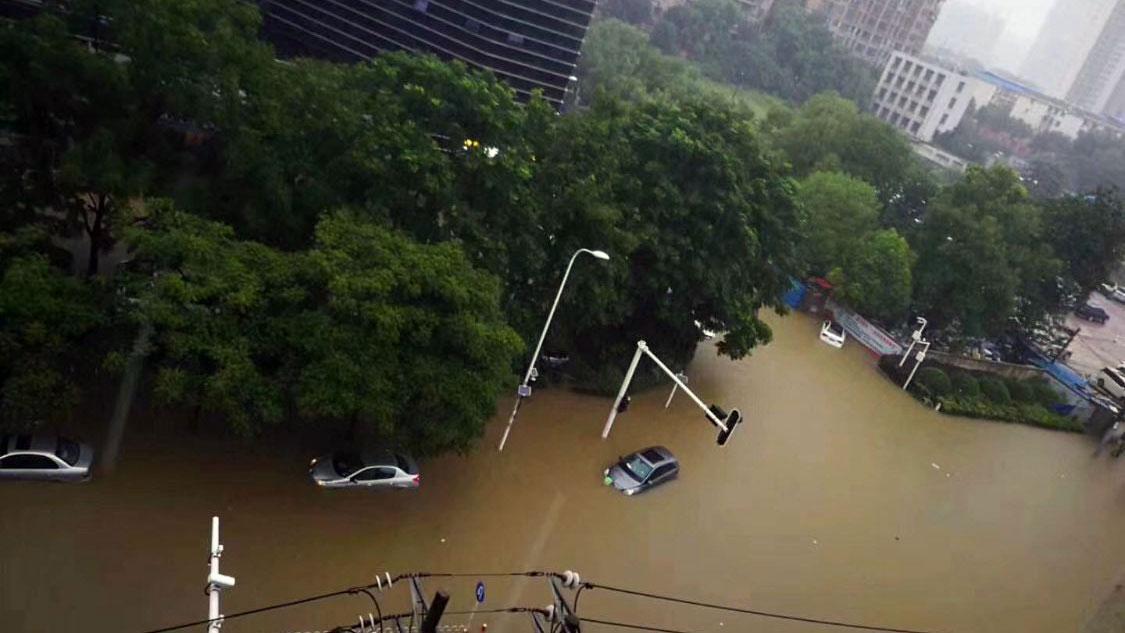 湖北宜昌城區水深超過一米。(推特圖片/喬龍提供)