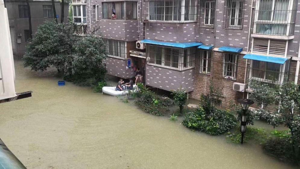 居民出门需要划船。(推特图片/乔龙提供)