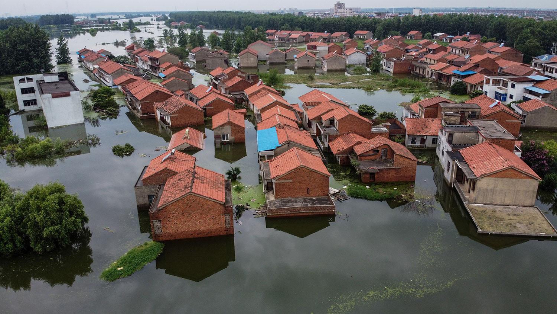 鸟瞰图显示,2020年7月18日,江西中部九江长江水位上升,住宅被淹。(路透社)