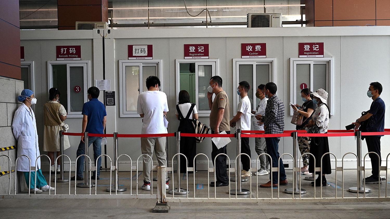 2021 年 8 月 2 日,北京朝陽醫院的一個自願核酸檢測診所排隊等候檢測。 (法新社)