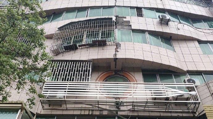 瀘縣街道兩側的樓房,部分外牆脫落。(網絡圖片)