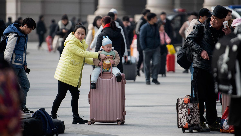 目前,中国已进入每年一度的春运流动期,各地火车站和长途客车站均未采取防范措施。图为2020年1月12日,乘客到达湖北省武汉市的火车站。(法新社)
