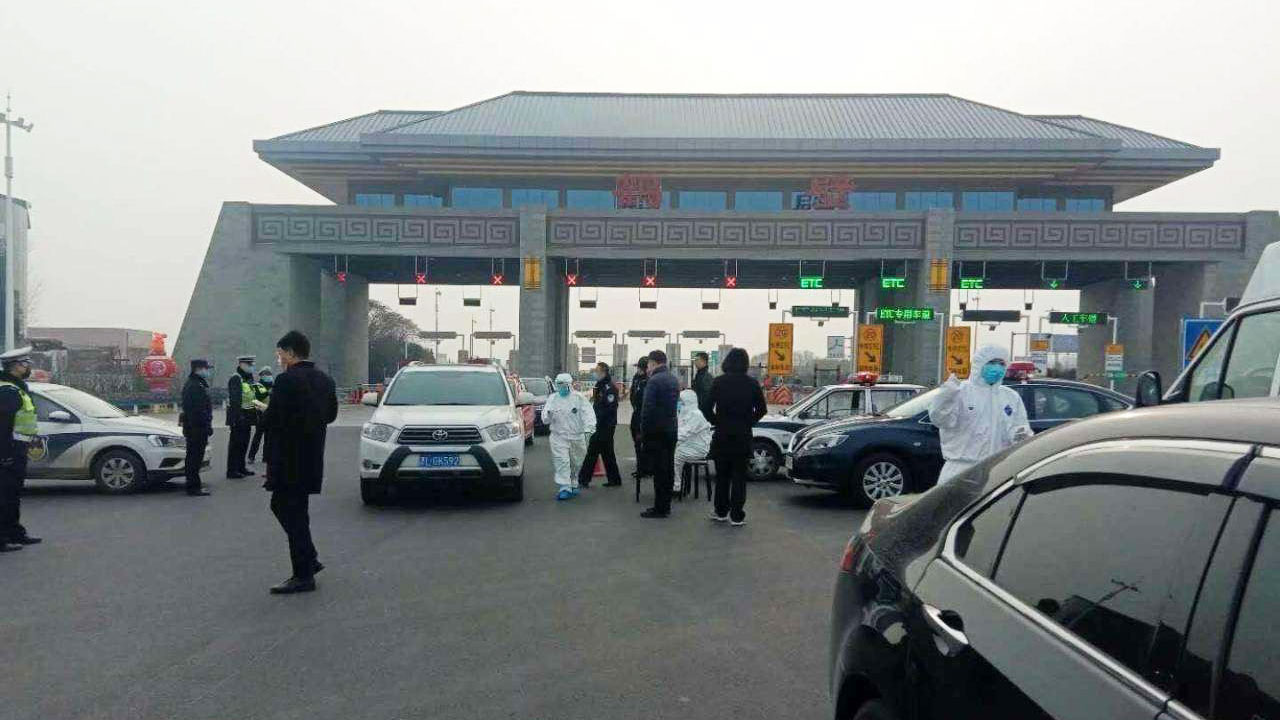 A highway toll station in Henan prevents vehicles from passing from Hubei. (Internet Photo / Qiao Long)