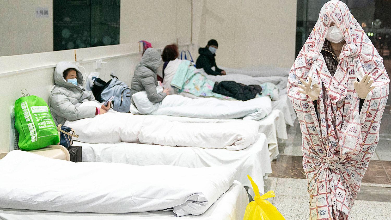 2020年2月5日,湖北省武汉市一展览中心被改建成临时医院,接收轻度新型冠状病毒症状的患者。(法新社)