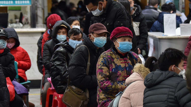 众多网民对武汉肺炎潜伏期最长可达40天感到震惊。图为武汉市红十字会医院内患者排队就诊。(法新社)