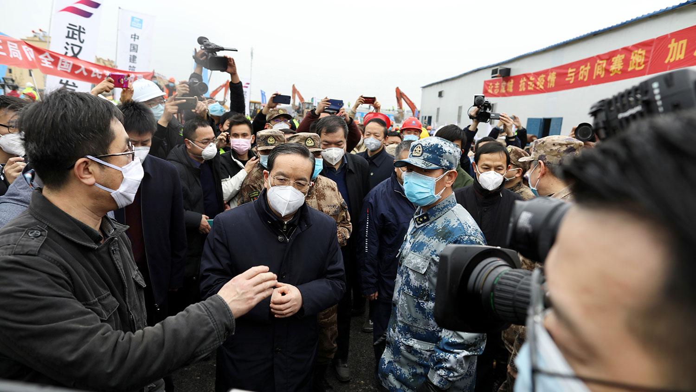 2020年2月2日,原中共湖北省委书记蒋超良(中)视察新建成的武汉市火神山医院。(路透社)