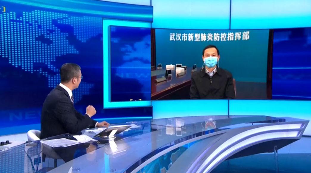 2020年1月31日晚,央视《新闻1+1》节目中,白岩松连线原湖北省省委副书记、武汉市市委书记马国强。(视频截图/CCTV/路透社)