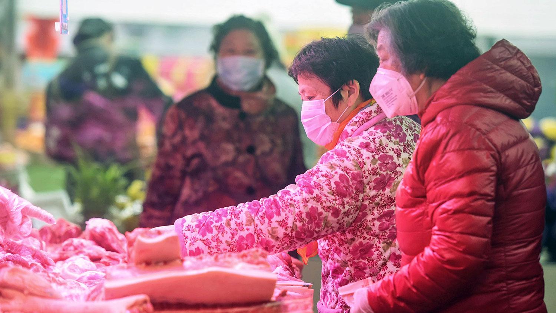 中国新型肺炎疫情加速了物价上涨,预计将对今年二、三季度禽蛋禽肉市场供应带来影响。图为,2020年2月9日,浙江省杭州市民在购买猪肉。(法新社)