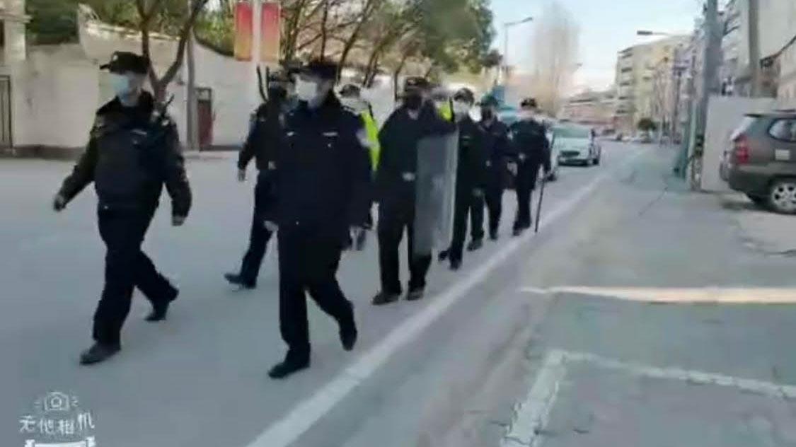 武汉郊区,公安巡逻,禁止民众外出。(视频截图/乔龙提供)