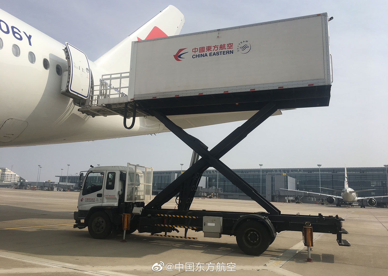 中国东方航空公司一架载有31顿防护用品的转机,启程前往意大利罗马。(东航微博)