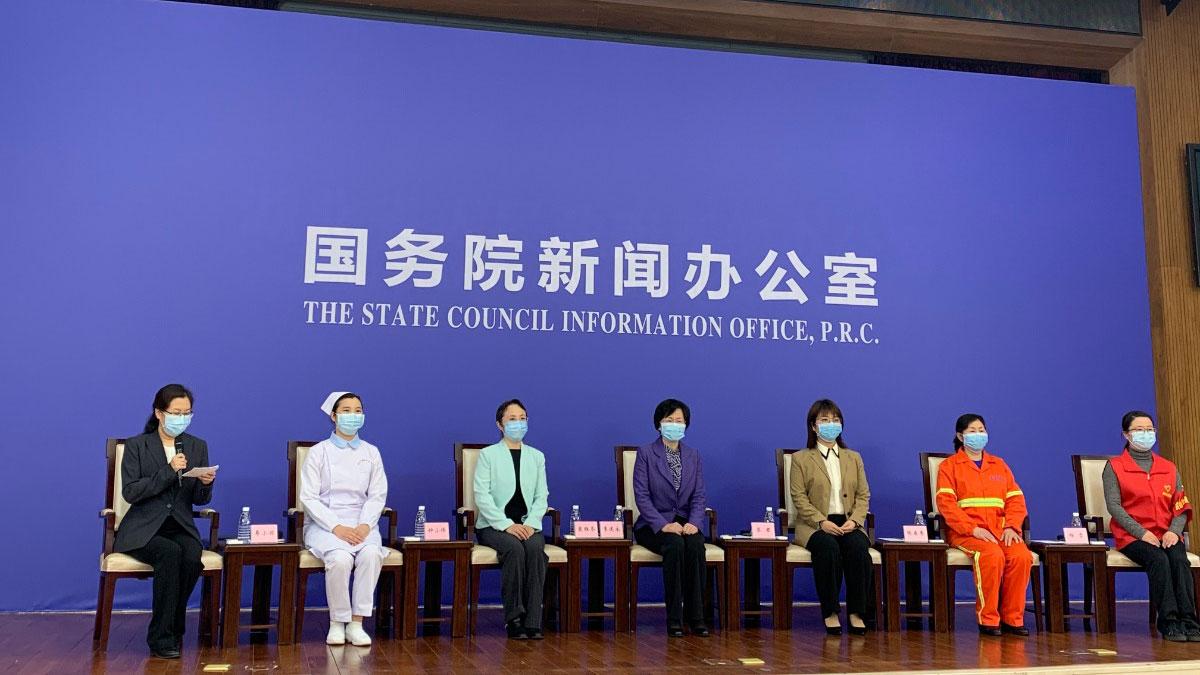 3月8日,国新办在湖北武汉举行疫情防控一线巾帼奋斗者记者见面会。左五为廖君。(中国政府网)