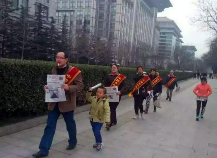 易文龙(首位)等六位疫苗受害者家长在北京街头维权。(家长提供/记者乔龙)