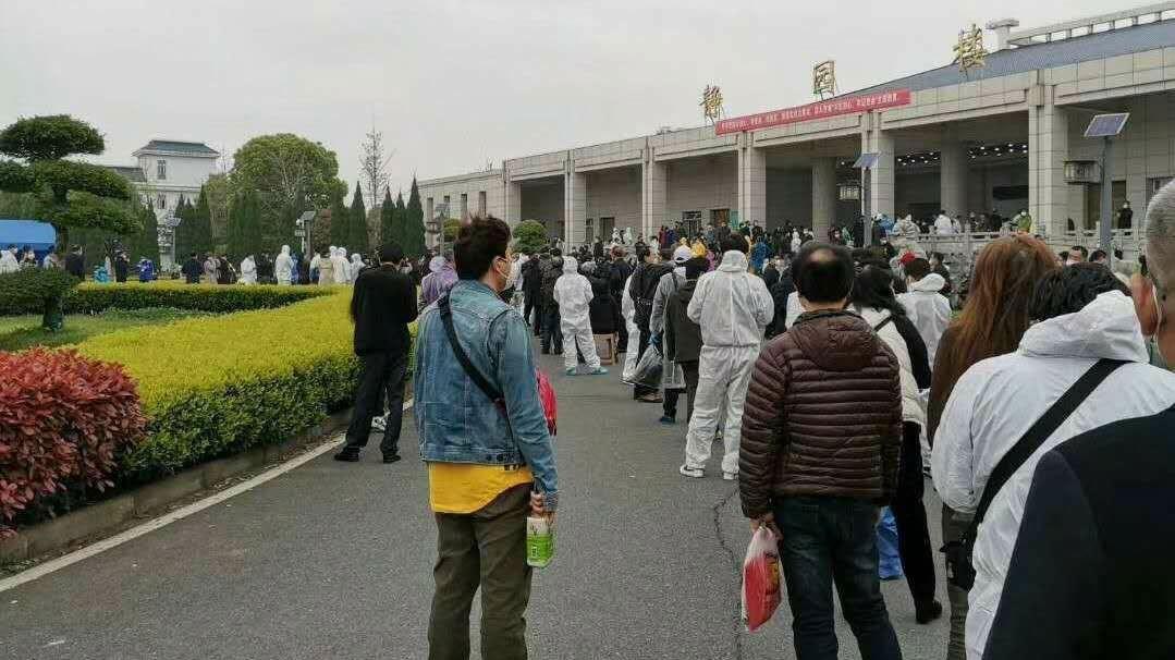 停止对外开放对汉口殡仪馆外,民众排长队领取亲属骨灰。(志愿者提供/记者乔龙)