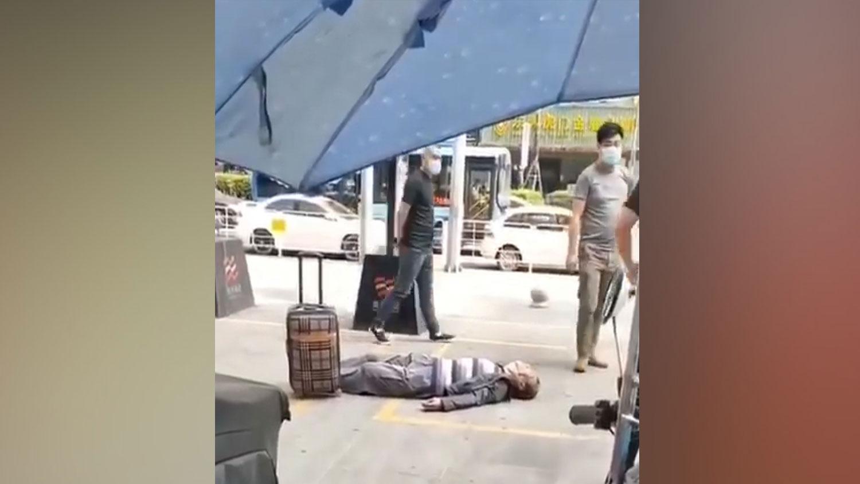 一名无症状感染者,带着行李箱外出打工,肺炎发作死亡。(视频截图/乔龙提供)
