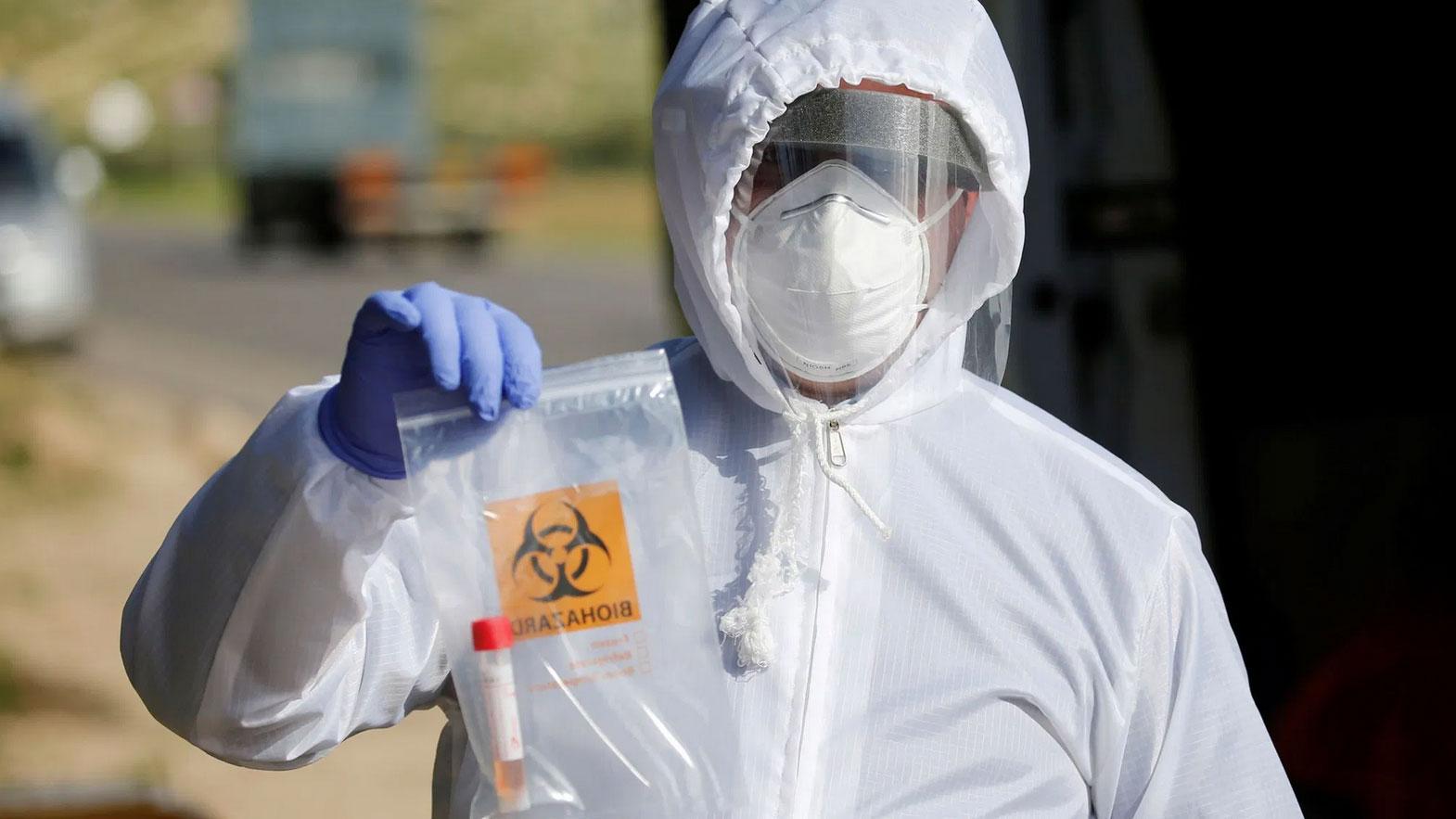 """中国积极援助外国防疫,但是劣质的""""中国制造"""",却又难掩中国的问题。欧洲国家西班牙捷克都向中国採购快速检测试剂,没想到爆出准确率只有20%到30%。图为,2020年3月26日,医务人员拿着在冠状病毒疾病(COVID-19)测试现场收集的样本。 (资料图/路透社)"""