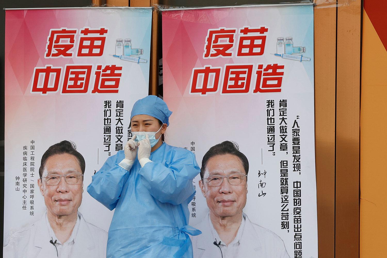 """2021年4月9日,北京疫苗接种中心外宣传""""中国制造的疫苗""""。 (美联社)"""