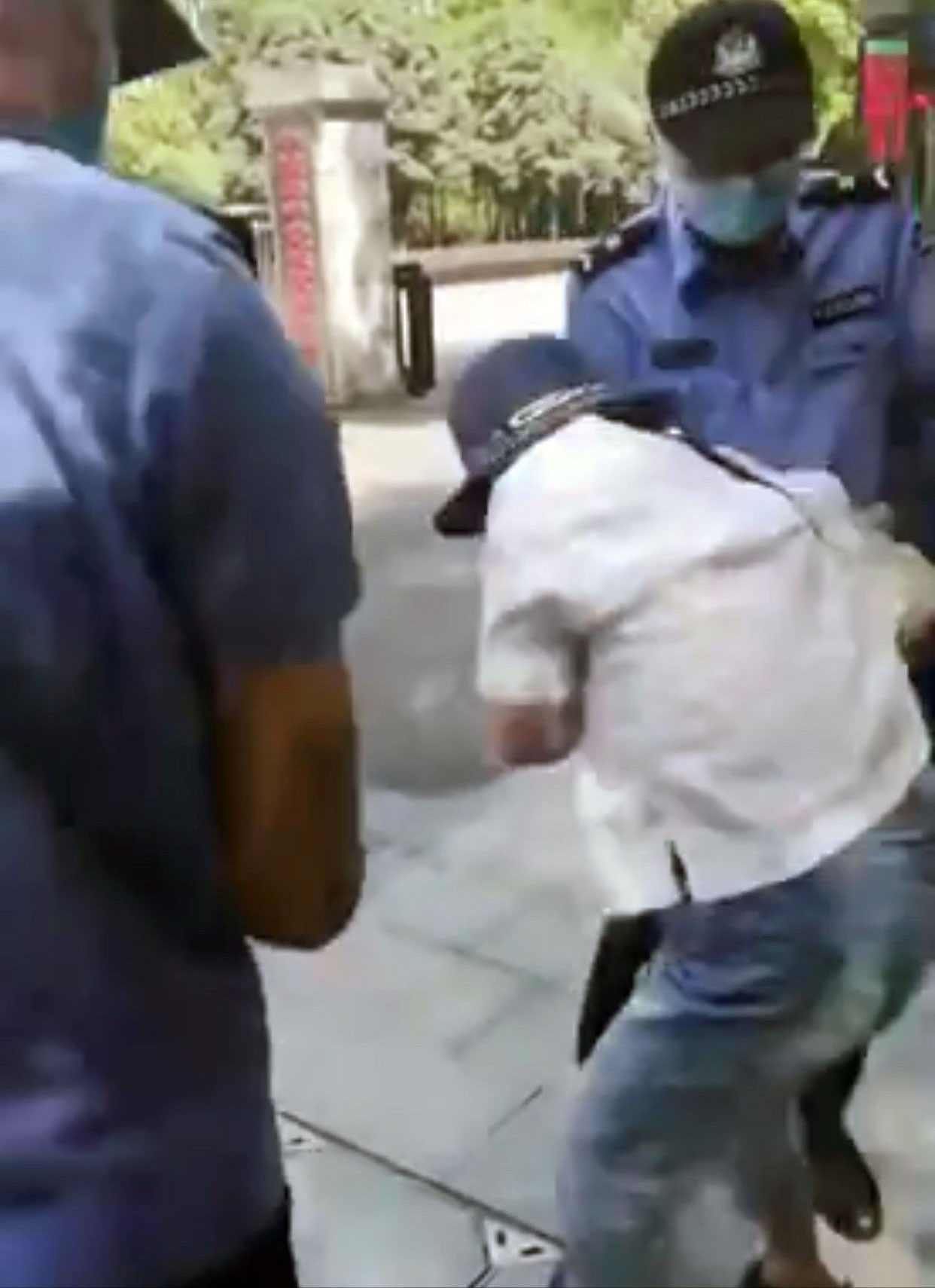 杨敏在政府门前维权,被抢走材料。(网络截图/记者乔龙)