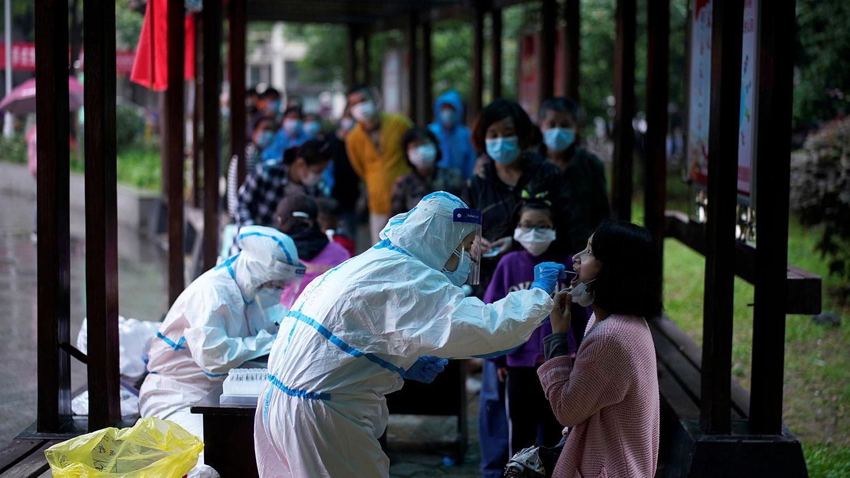 图为,2020年5月14日,武汉市一居民住宅区进行核酸测试。(路透社图片)