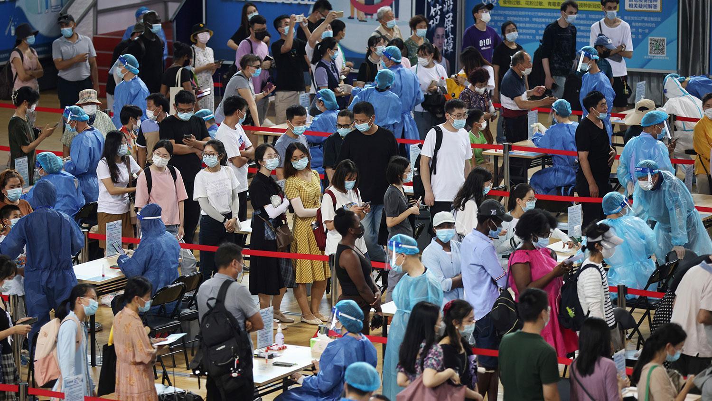 2021 年 7 月 22 日,人们在南京鼓楼区体育中心排队进行核酸检测。(路透社)