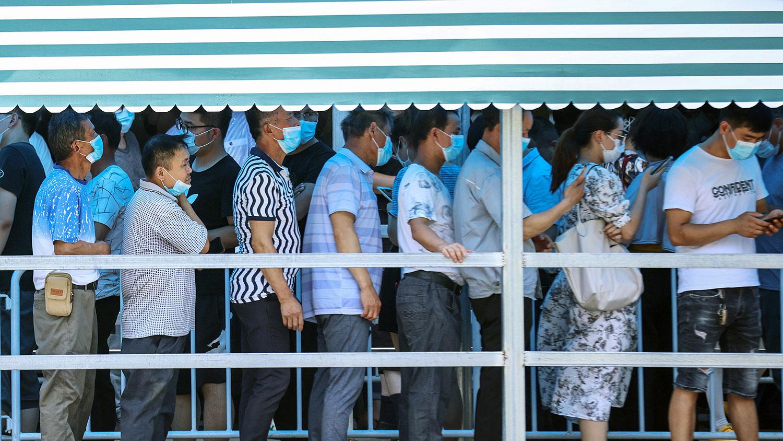 南京市政府要求全市930万人接受核酸检查,民众争相排队。(法新社)