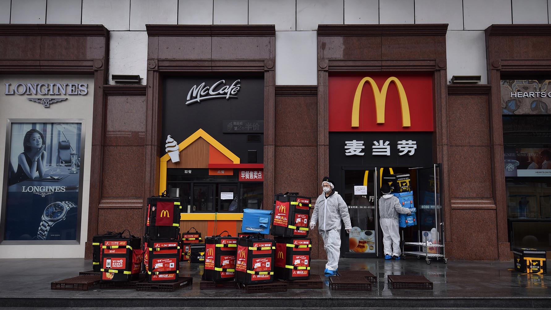 2020年2月26日,武汉的麦当劳工人在消毒,准备给居民送食物。(法新社)