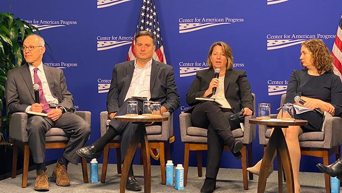 前总统奥巴马时期应对埃博拉疫情的总协调长的克莱恩(左2)说,美国各州要能在3天内、准备好500张隔离病床,是防疫的基本标准。(自由亚洲电台记者郑崇生摄)