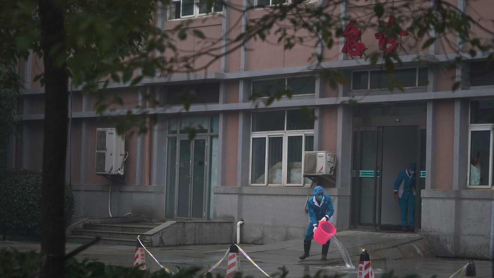 武汉一家医院的工作人员在清洁设施。(美联社)