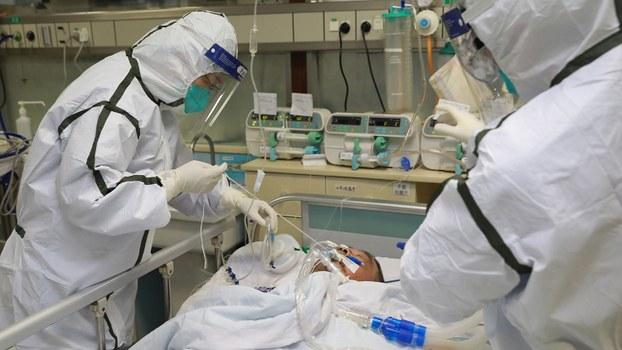 中国新型冠状病毒肺炎患者人数已近八千,死亡达一百七十人。图为2020年1月27日,身穿防护服的医务人员在武汉大学中南医院治疗新冠状病毒肺炎患者。(路透社)