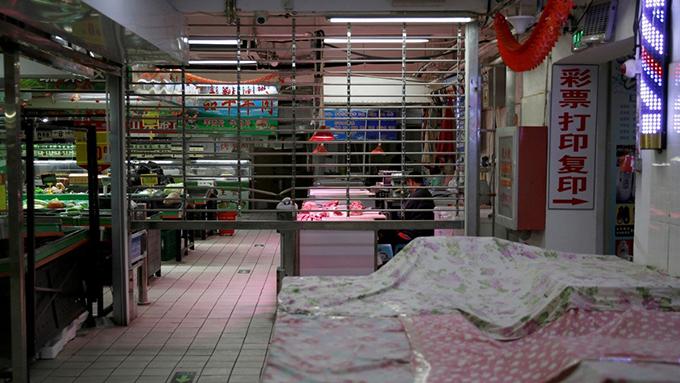 新冠病毒爆发冲击中国经济。图为处于半关闭状态的一家中国超市。(路透社)