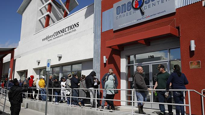 2020年3月17日,部分民众在美国拉斯维加斯的政府相关部门外排队申请失业救济。(美联社)