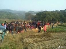 云落镇石示坑村村民堵路抗议建造垃圾焚烧厂3.jpg