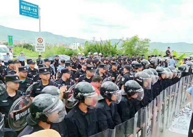 2019年6月22日,大批警察手持盾牌在郁南县内的高速公路上戒备,以防示威者冲击。(村民提供)