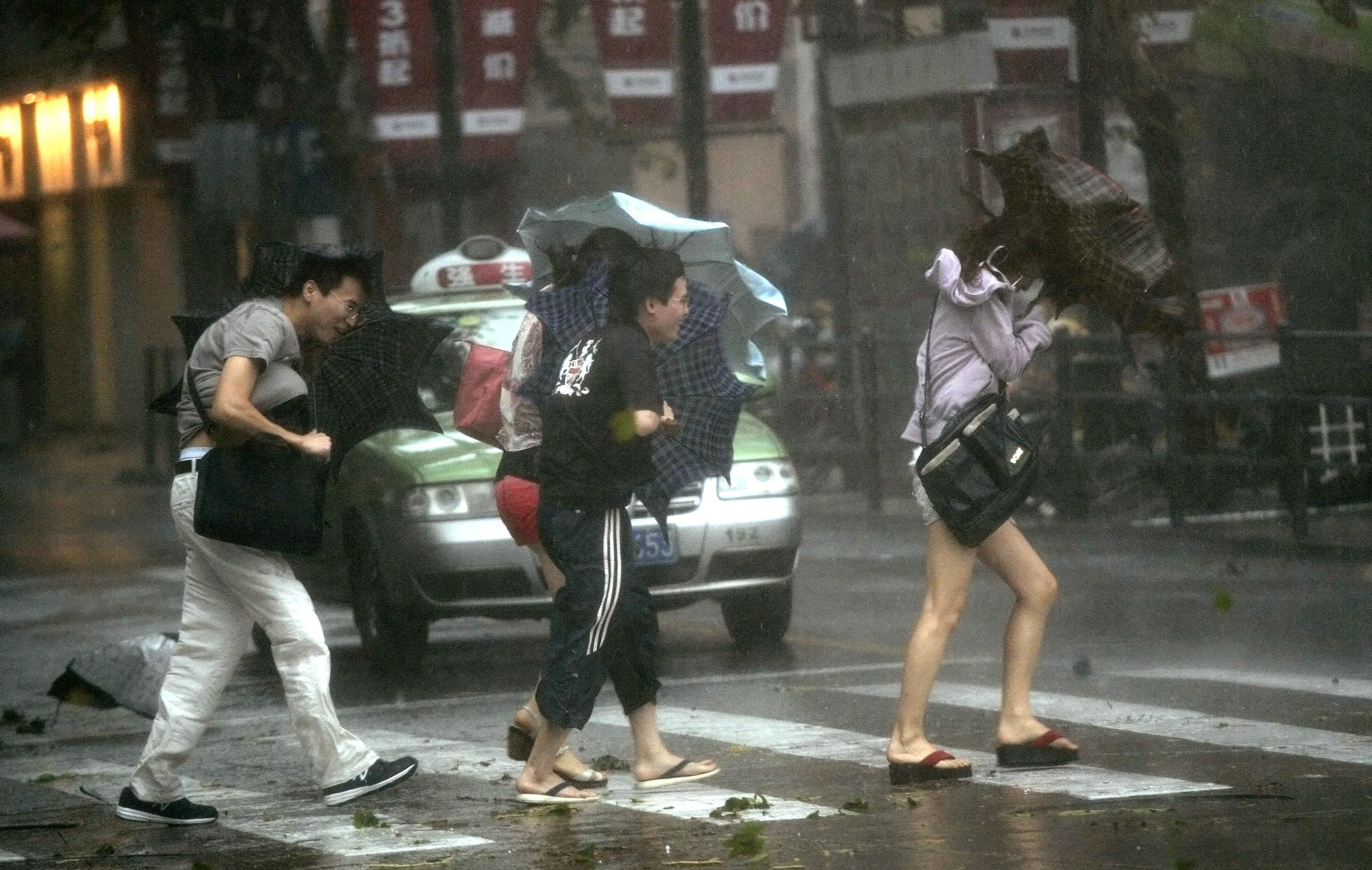 台风中的上海街道场景。(资料图片/美联社)