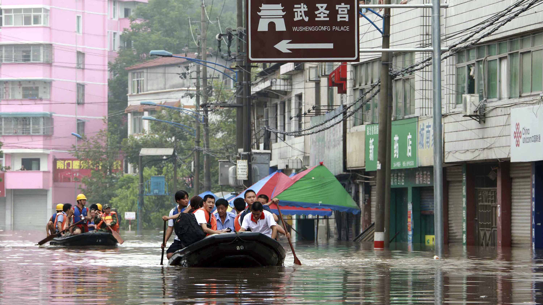湖北恩施暴雨成灾后街道充满积水的画面。(资料图片/美联社/新华社)