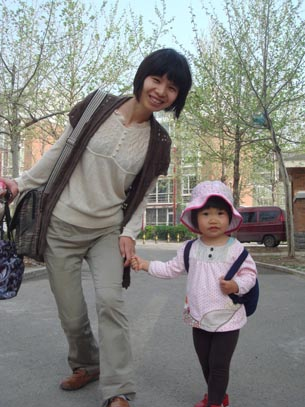 图片:曾金燕和2岁女儿盼望爸爸回家  (曾金燕提供/记者心语)