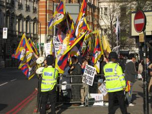 图片:在中国受迫害的法轮功学员、为图博(西藏)争取自由的团体以及抗议中国支持缅甸军政府的缅甸流亡学生,在伦敦20国峰会期间向中国领导人表达抗议。(记者张安安提供)