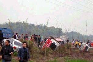 图片:多架政府車辆被愤怒的村民推翻(受害人家属提供RFA粤语部)