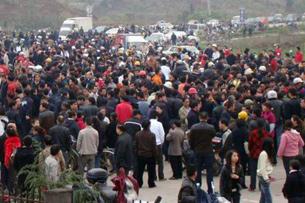 图片:大批民众堵塞320国道(受害人家属提供RFA粤语部)