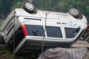 图片:一辆被掀翻的城管車(受害人家属提供RFA粤语部)