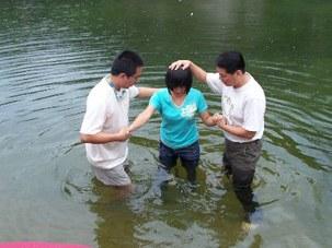 图片:家庭教会在河边秘密举行洗礼(博讯网)