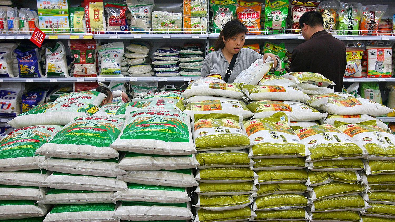 图为,顾客在陕西省西安市一家超市选购大米。(AP)